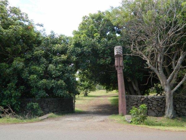 Hanga Roa - Ahu Mata Ote Vaikava, jardin de la mairie & baton Ua géant près de l'aéroport