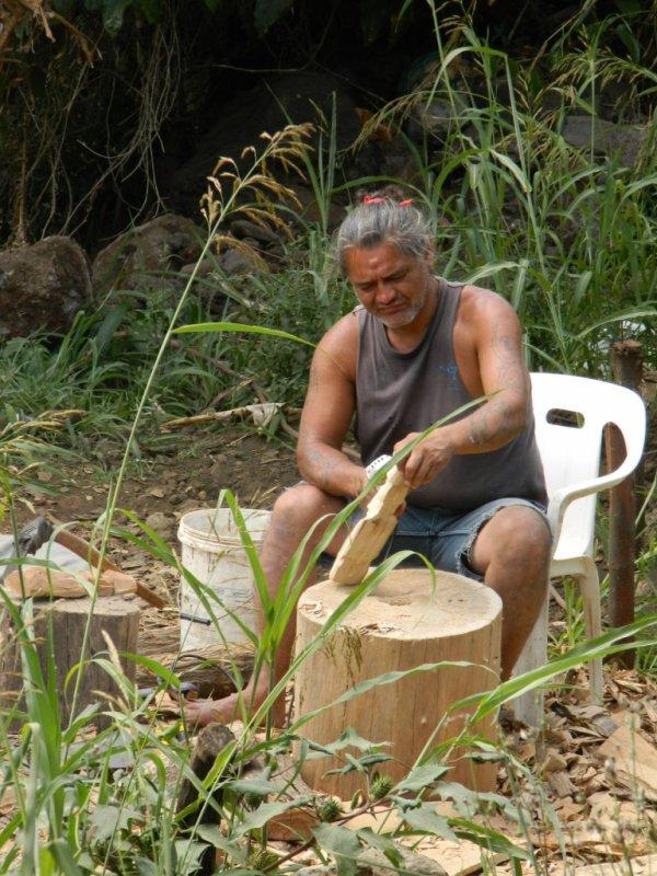 Sculpteurs à Hanga Roa (09 & 12/12/2013)
