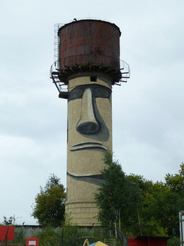moai créé à partir d'un château d'eau à Ekaterinburg (Russie)