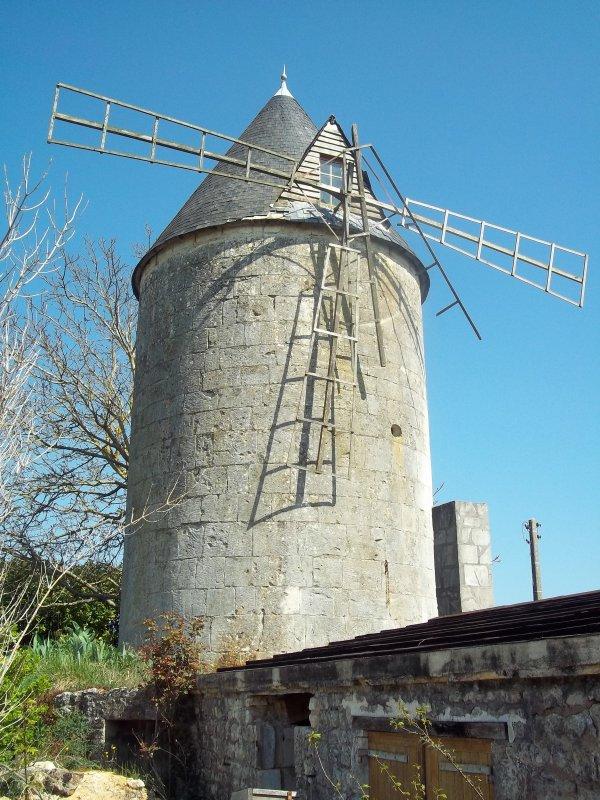Jonzac : non loin, un vieux moulin abandonné