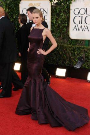 Taylor Swift en robe aubergine de Donna Karan Atelier