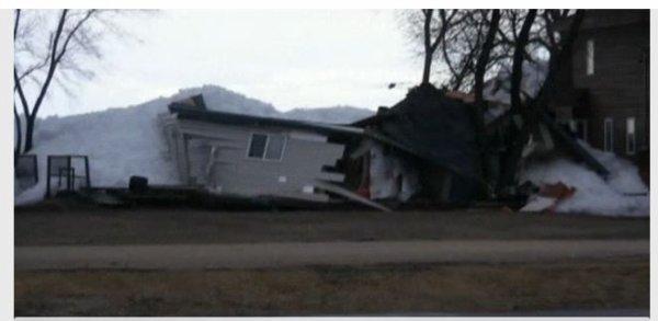 Un mur de glace poussé par le vent détruit un village canadien