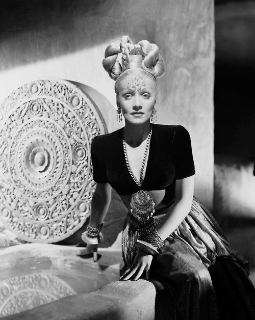 Marlène Dietrich ; Apparence et Bibliographie