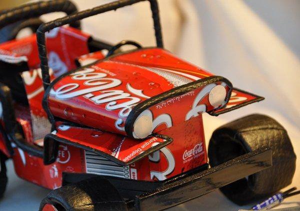 Création d'artisans Africain avec du recyclage de canette de coca cola