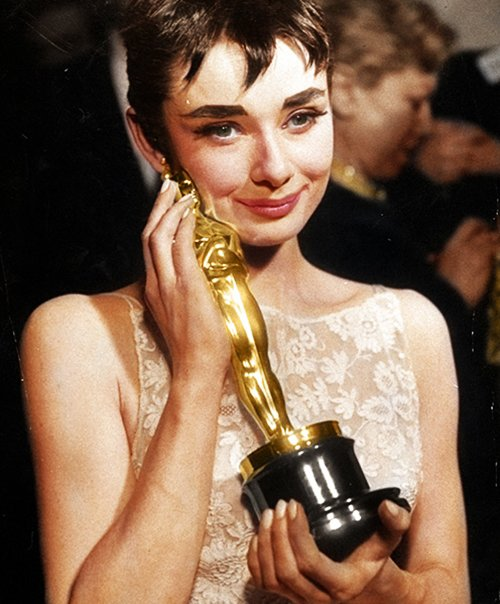 Audrey Hepburn et son Oscar de meilleure actrice pour Roman Holiday 1954