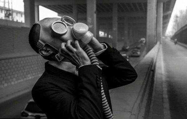 Des photos de mariage avec un masque à gaz contre la pollution