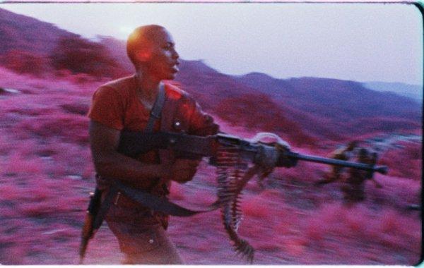 Richard Mosse voit la guerre en rose