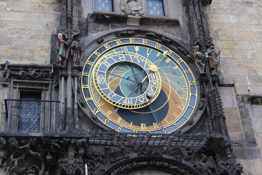 Célèbre horloge astronomique de Prague! Il indique la position de la lune, le soleil et le temps