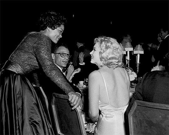 Eartha Kitt et Marilyn Monroe bavardent au Waldorf Astoria,1957