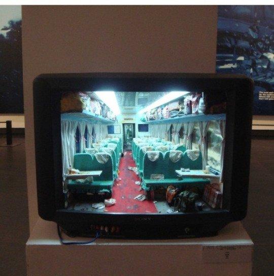 Zhang Xiangxi  crée de nouveaux mondes complets à l'intérieur de téléviseurs creux