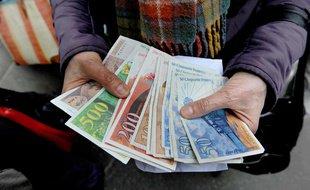 Il trouve des liasses de billets en francs cachés dans les murs de son appartement
