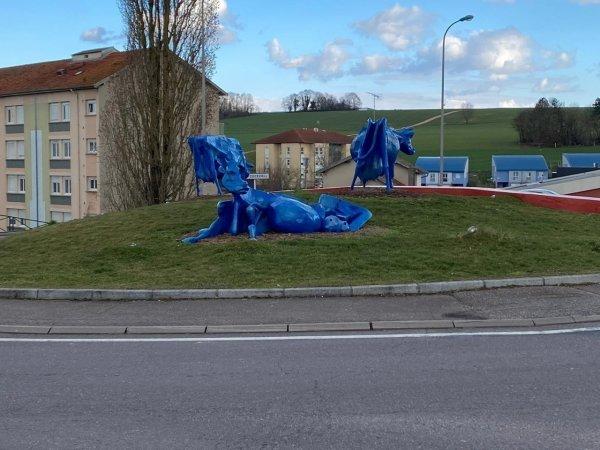 Lorraine. Pourquoi ces vaches bleues au milieu d'un rond-point intriguent toujours les automobilistes