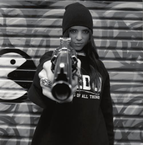 Quand tu vois une personne avec un Gun , fait pas ton malin , parce que un jour ou l'autre , il aura ta peau.