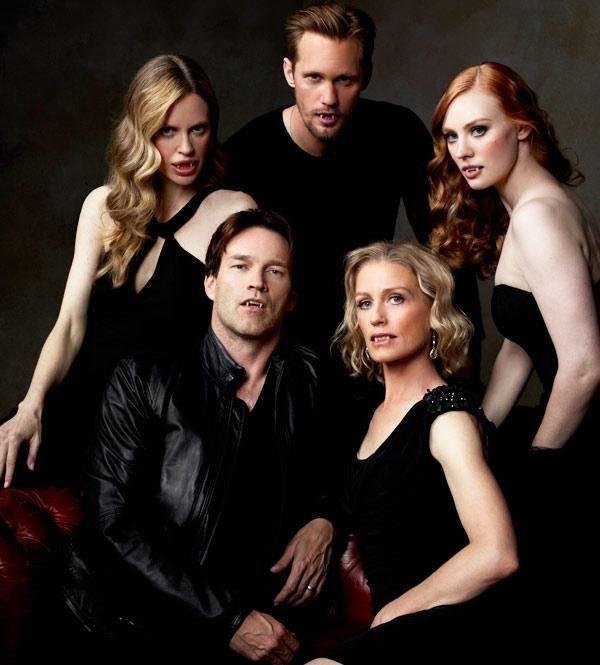 Photo de la Team Vampire saison 4 True Blood ( On peut remarqué que Bill (Stephan) porte la bague de fiançialle vu dans la saison 2 ( quand il fait sa demande en mariage à Sookie) ....
