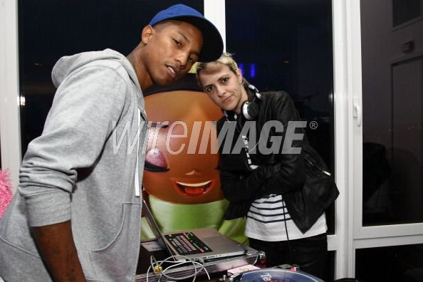 Pharrell - Kidada at Disney Store - New York - 3 mai 2011