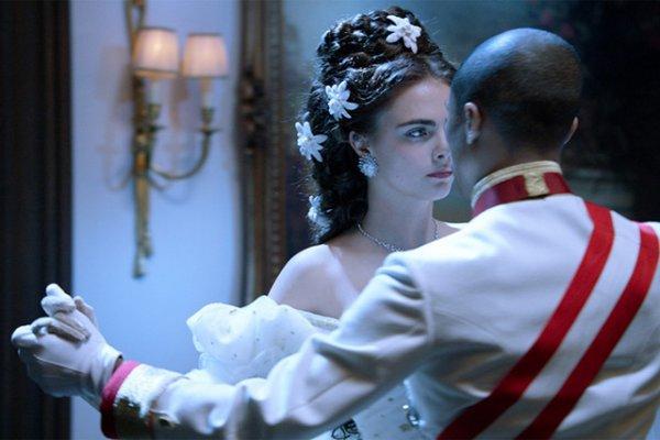 """Pharrell & Cara Delevingne dans """"Reincarnation"""""""