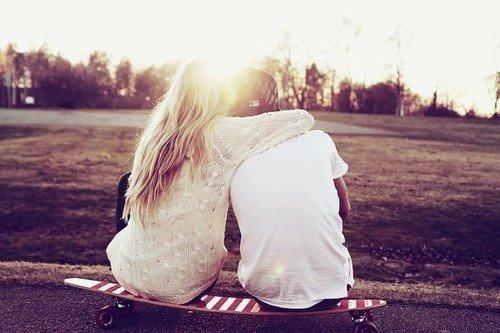 Il faudrait qu'elle ne s'attache pas trop a lui. Il lui parle de tout, de rien et il est le seul qui le fait bien. Parce que c'est lui qui prend l'initiative et ça la change. Il lui montre qu'elle existe. Il brille comme une étoile pour elle. Mais elle n'ose plus y croire, parce qu'on lui a fait trop de mal. Et pourtant elle se laisse complètement aller. Elle arrive a être heureuse malgré tout.