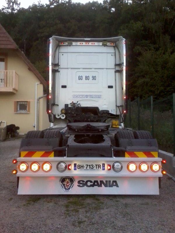 Durant le week end montage de plusieurs accessoires sur le scania de mon oncle et aussi sur la semi ......(pare choc arriere, giro et des retros sur le camion et sur la semi porte palette et cache roue ) '' scaniapowerv8 ''