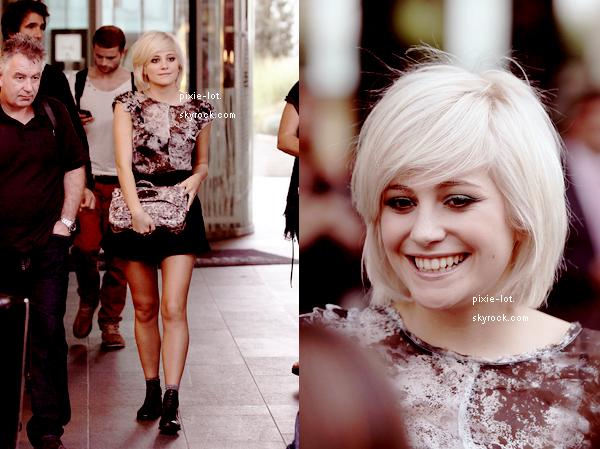 .  Candid's : Notre jolie Pixie à Paris le 26/09, allant à Goom Radio et sortant de son hôtel.    .