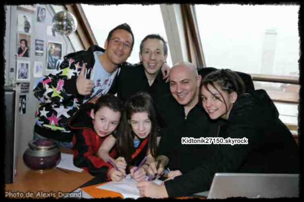 Photo que j'ai trouver, qui date de quand Morgane, Alexis et Joanna on signer le contrat à Heben music (il y a longtemps maintenant)