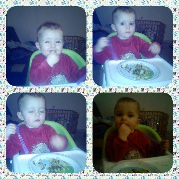carolane qui mange toute seul