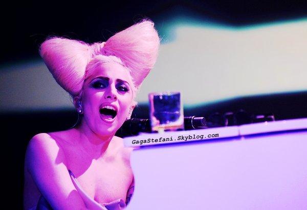 Stefani sera sur le plateau de Taratata le 13 Juin et sur le plateau d' X Factor le 14 juin pour ensuite terminer faire une petit tour au Grand Journal pour de nouvelles performances .