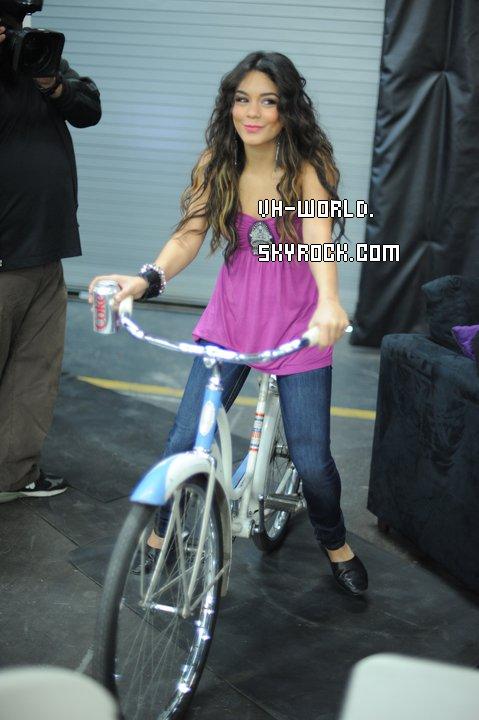 Le 26/07/2011.Nessa va à la salle de Fitness.+ Elle poste un commentaire sur Facebook. + Nouveau Candid's Facebook ! + Vanessaa été vue remplir sa voiture avec 76 à la station de gaz à Los Angeles.