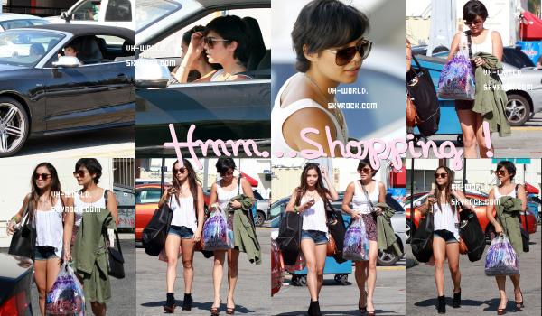 """Le 09/08/2011.Vanessa faisant du shopping with Stella au Wasteland et Urban Outfitters à Studio City, en Californie. +Nouveaux Candie's ! + Une vidéo des coulisses de la comédie musicale """"Hairspray"""" au Hollywood Bowl,Nessa apparait à la 4:34 minutes ."""