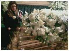 Photo Exclu : La seule photo que Lisa Marie est acceptée de dévoilé, la montrant au près du cercueil de Michael Jackson . | ++ 1ère partie du résumé de l'interview tournée en Angleterre chez Lisa par Oprah, -Le déroulement du 25 juin 2009-