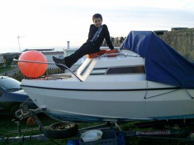 mon ange sur le bateau de son papy