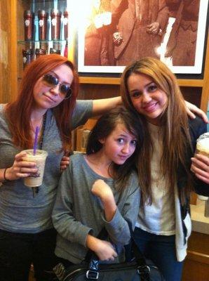Mercredi 2 Février 2011 = Miley et son frère Braison allant chez un tatoueur,à L.A + Mil' et ses deux soeurs,chez Coffee Bean.