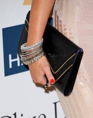 Samedi 12 Février 2011 = Miley était aux pré-Grammys organisée par Clive Davis,le Gala & Salute To Industry Icons,à Beverly Hills.