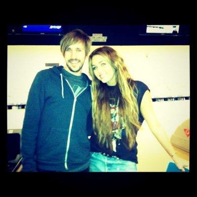 Dimanche 20 Février 2011 = Miley quitttant la maison d'un(e) ami(e),à Toluka Lake + avec une fan au bowling.