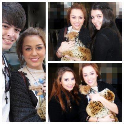 Mercredi 2 Mars 2011 = Miley sortant de son hôtel avec son chien Lila,à New-York.