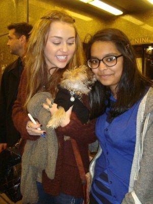 Jeudi 3 Mars 2011 = Miley allant diner avec Brandi,chez Tao,à New-York.