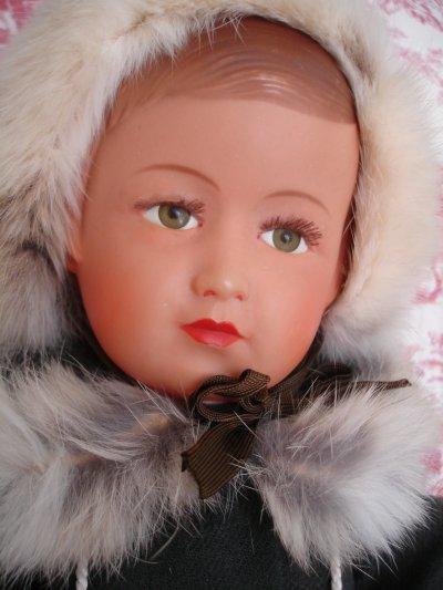 L'élégant manteau bordé de fourrure de Rose...
