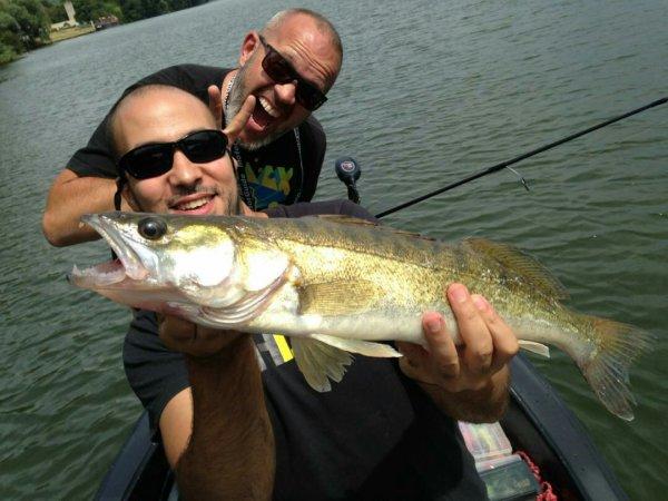 Sortie en seine sur le bief de poissy.Deux sandres,67 cm pour moi et 55 pour karim .Bader nous a trouvé le dernier spot à sandres mais n'a pas sortie son poisson.La pêche continue d'être très compliqué