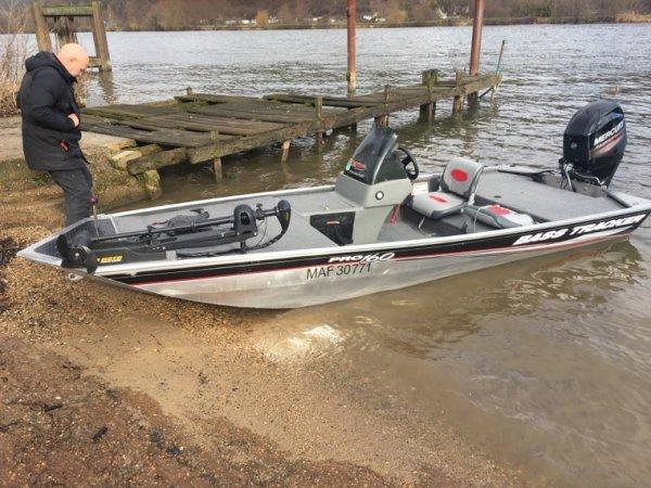 De retour après une saison pourrit à cause d'un bateau toujours en panne , du coup pétage de plomb et achat d'un bass boat tracker pro .Ca va faire mal pour la rentrée