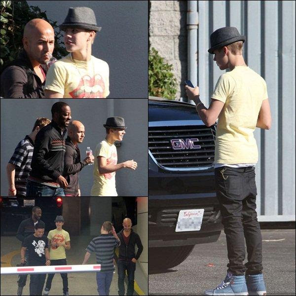 27/10/11 : Justin se rendant à des radios + couverture du Billboard