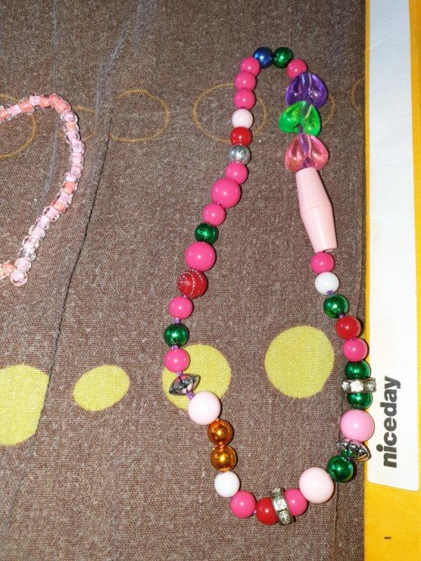 a vendre collier multicolores que j 'ai fait prix : 19 centimes.