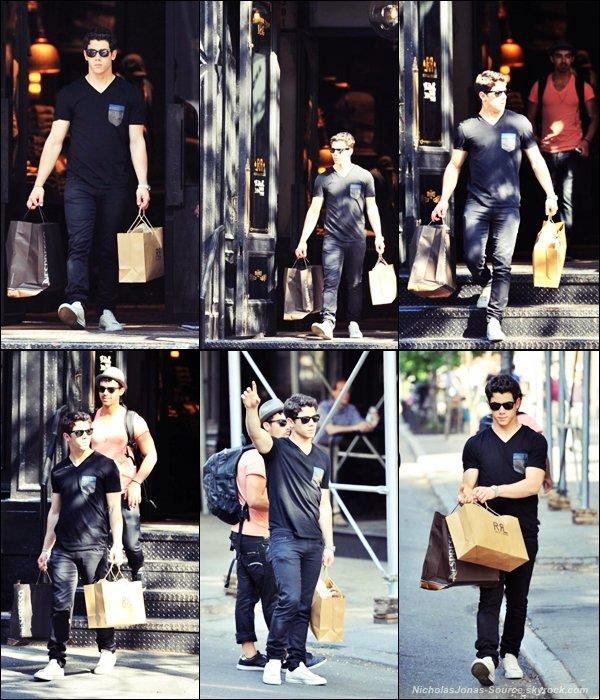 .  18 Avril: Nick et son frère Joe, ont été vu faisant du shopping chez Nespresso dans les rues de New-York. .
