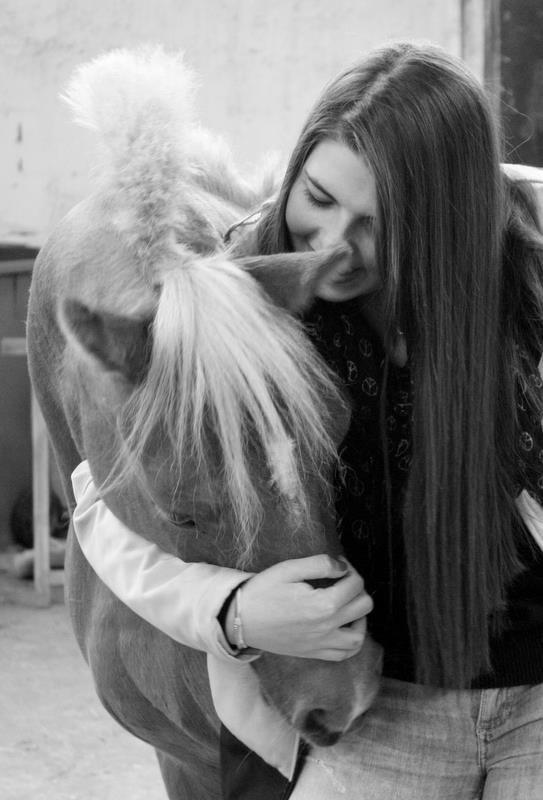 """"""" Ce que vous dites sur les chevaux, me fait penser aux êtres humains. Au fond, il suffirait de communiquer, tout simplement, pour pouvoir vivre de façon harmonieuse, tandis que la plupart des personnes base ses rapports sur la force et le pouvoir."""""""