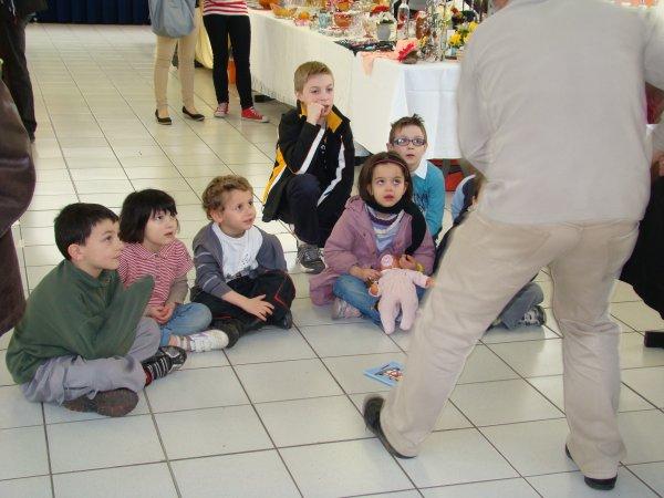 quelques photos de notre exposition artisanale(dont une des enfants qui écoute le conteur)