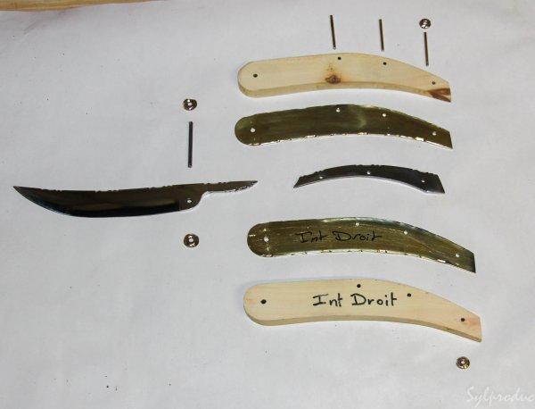 17 ème couteau pied monté manche en cerisier avec intercalaires en laiton (bien sur tout guilloché)