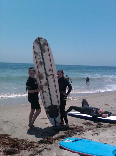 NEWS -----Comme l'as dit Caitlin sur son twitter, La famille Beadles ont passer quelques jours a la plage de Malibu pour surfer. Vidéoiciposté par Christian (son frére)- mon avis- la vidéo me fait assez rire, a vous d'aller voir!Je n'es que trouver cet photo de Cait a Malibu si j'en trouve d'autres je les mettrais. + Une photo récente apparu sur twitterlaphoto.
