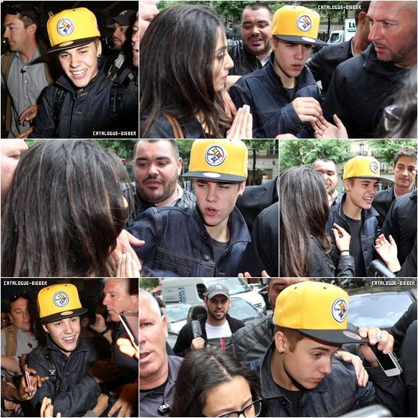 Justin arrive à l'aéroport Charles de Gaule à Paris.