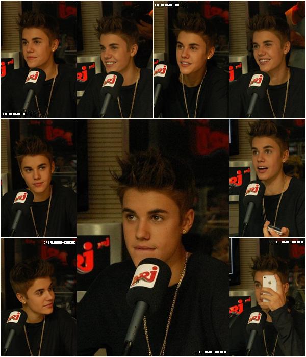 Justin dans les studios de NRJ, Paris.