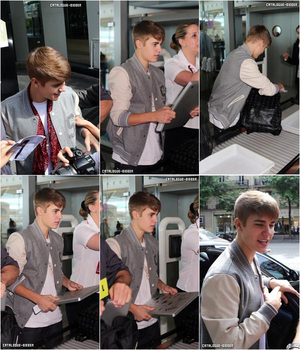 Justin quitte la France, il a donc été aperçu à l'aéroport Charles De Gaules.