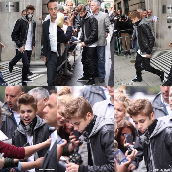 """Justin quittant """"BBC Radio 1"""" à Londres."""