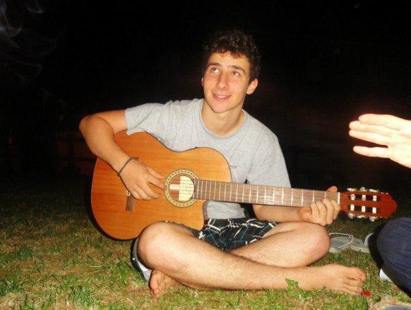 (Je sais pas jouer de la guitare, c'est pour le petit air de loveur)😂😂😂